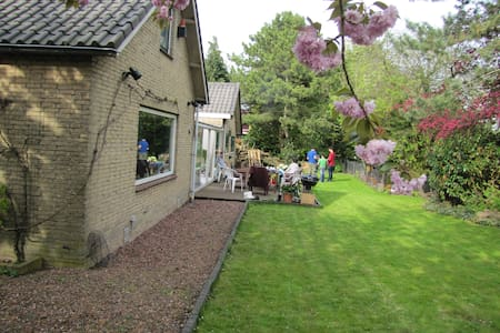 2 rooms available in large house - Nieuw-Vennep