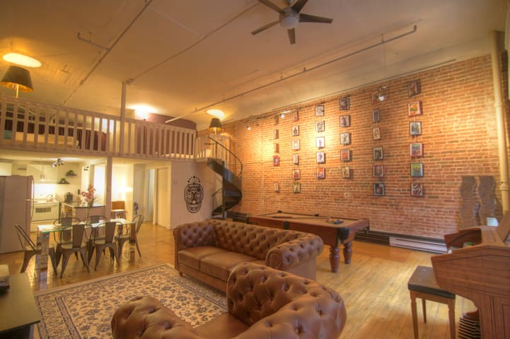 Retro Loft in OLD PORT!