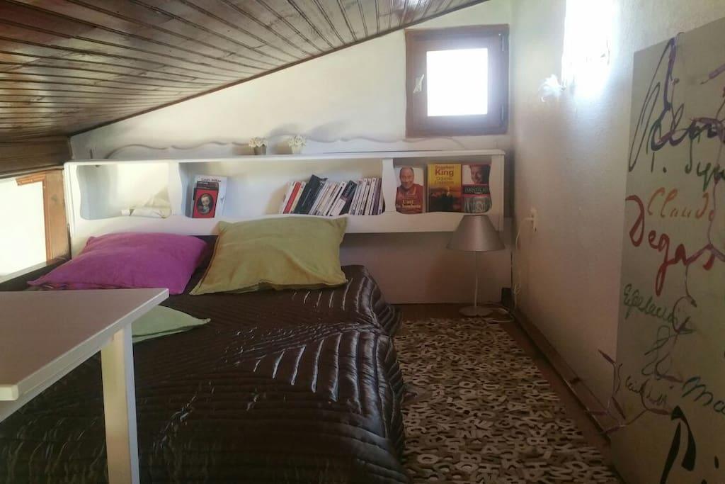 En mezzanine le petit coin repos avec lit double.
