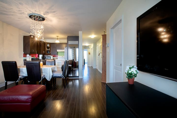 Spacious Montreal Condo (Private Parking)