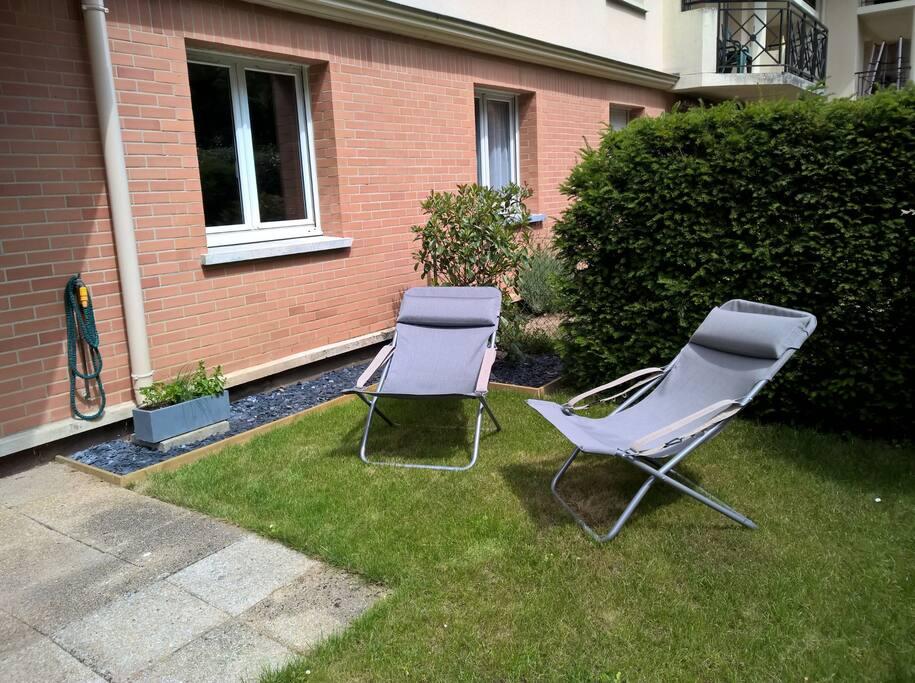 Terrasse ensoleillée et mobilier de jardin