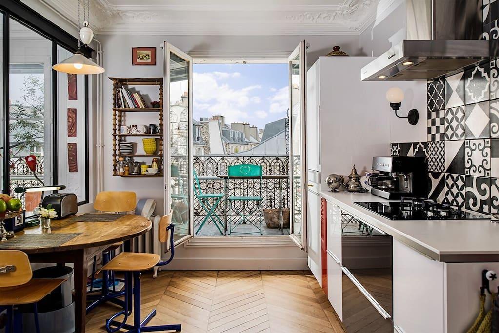 cuisine ouverte sur balcon-terrasse plein ouest de 13M2, avec table bistrot pour apéro