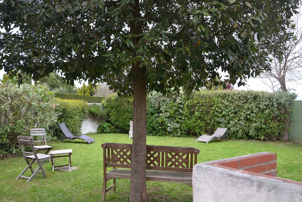 jardin clos 300 m2 avec barbecue
