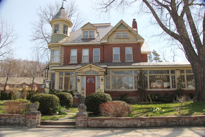 The Butchart Estate: spectacular heritage home! - Owen Sound - Haus