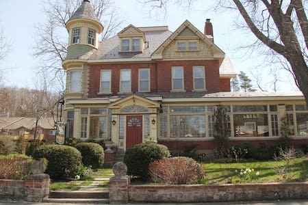 The Butchart Estate: spectacular heritage home! - Owen Sound - บ้าน