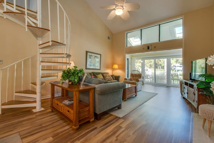 Waterfront condo w/ lagoon view - shared pool, shopping - walk to the beach!
