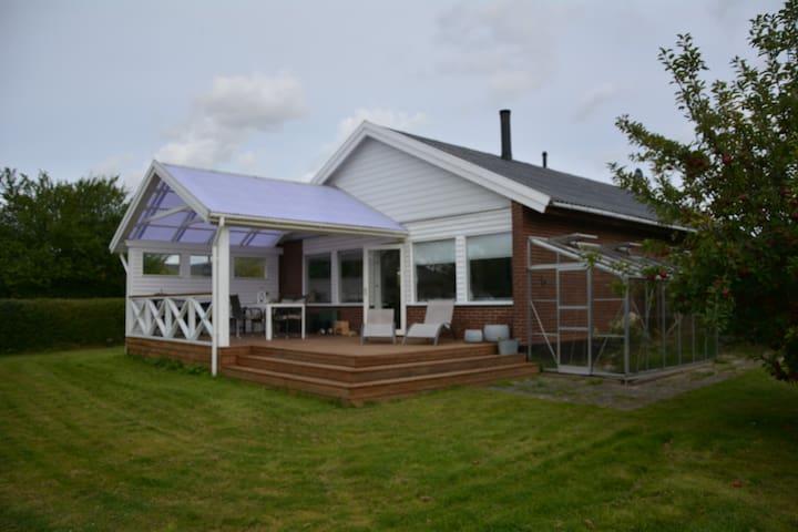 Værelse i lækker bolig, med stor sol terrasse