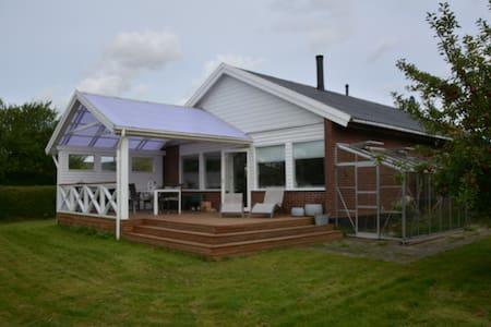 lækker lys bolig, med stor sol terrasse - Lynge - Casa