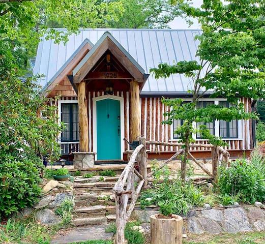 Historic Lynnwood Cabin, Romantic Hot Tub Getaway
