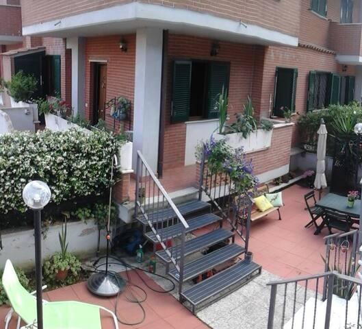 Villino con giardino e posto auto - Roma - Hus