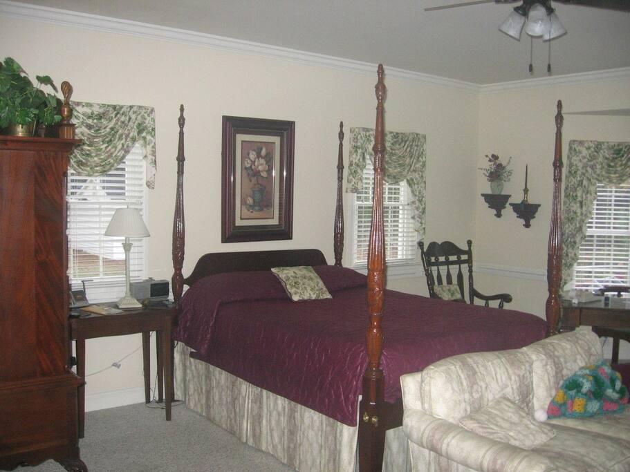 Large Master Bedroom/Queen Bed