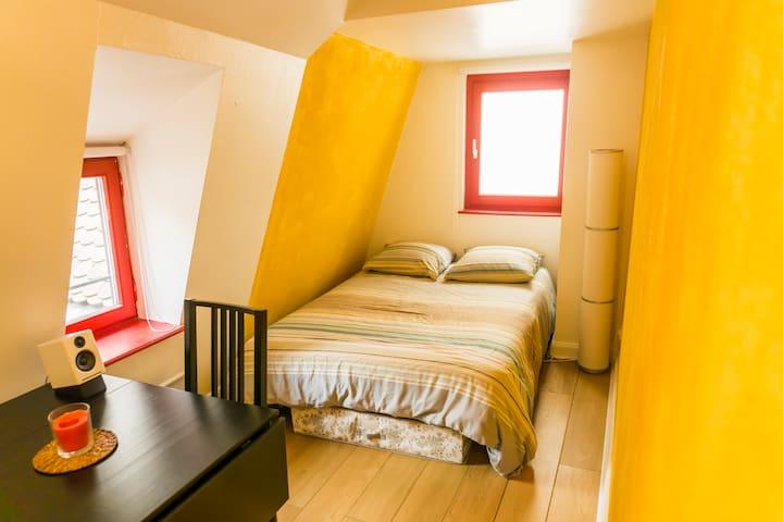 04 Séjour et lit -- Living room and bed
