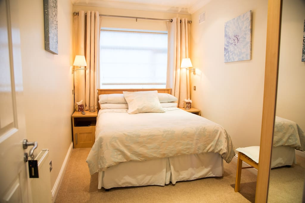 Double ensuite room 4km from airport chambres d 39 h tes for Chambre airport