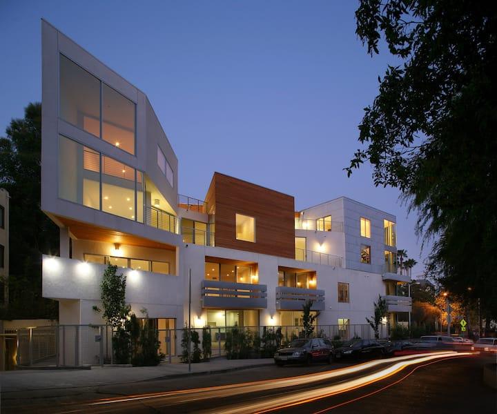 Dramatic loft unit, central Hollywood