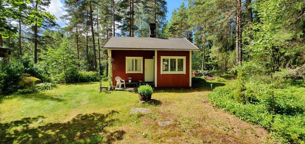 Majapaikka pienessä punaisessa mökissä