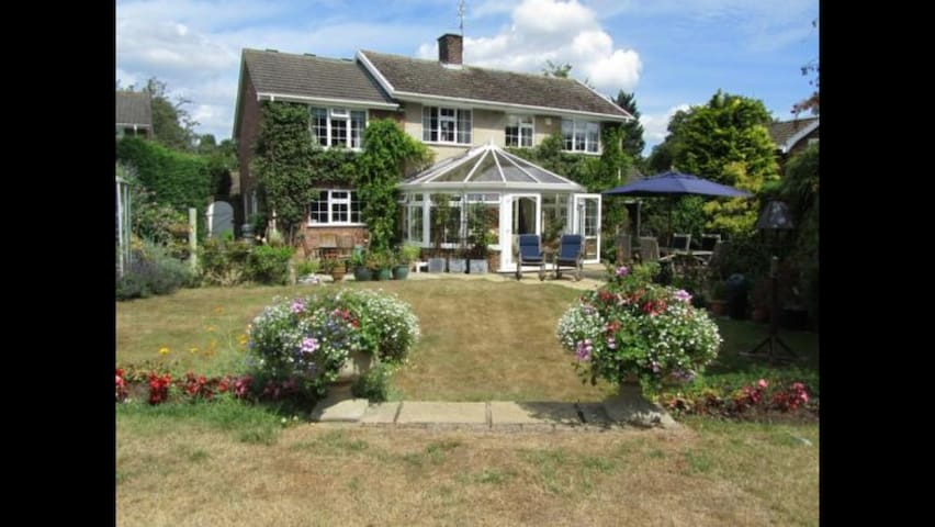 Bright double room overlooking beautiful gardens - Cringleford