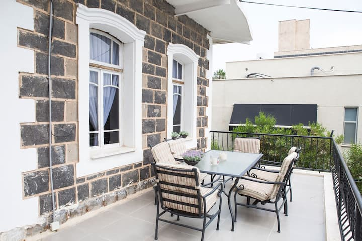 InnCity-Renovated Historic Apartment with Balcony