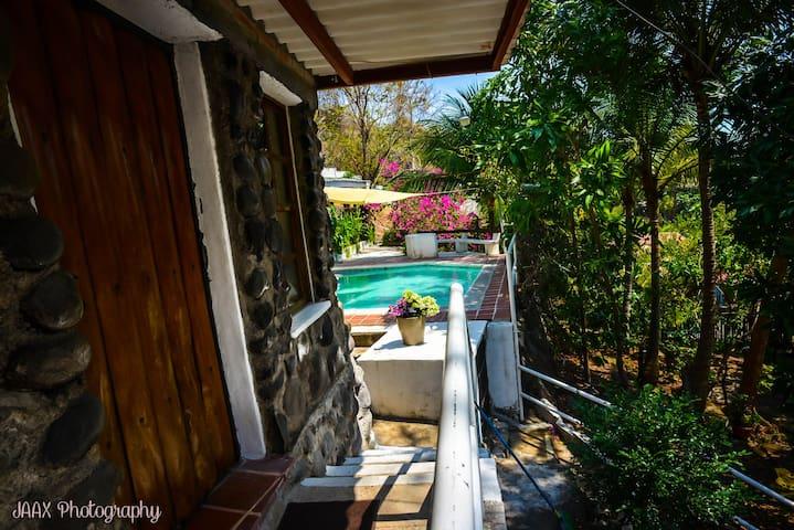 -Mid-level stone cabin next to the pool, includes a private bathroom and shower. -Cabina de piedra de nivel medio junto a la piscina, incluye baño privado y ducha.