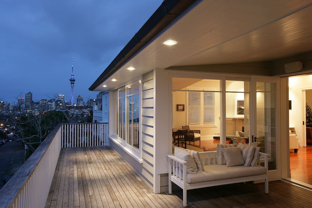 Central Auckland location - 5 minutes to top restaurants; 20 minutes walk into city; 10 minute drive to Eden Park
