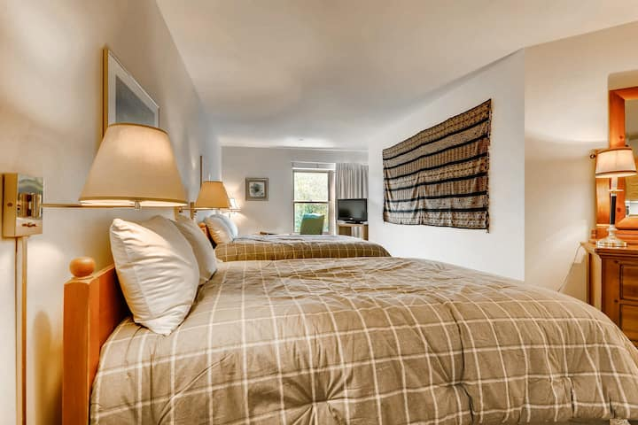 Lovely second-floor studio in the heart of downtown w/shared pool, hot tub, gym