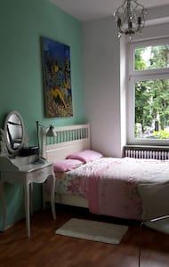 Schönes helles Altbauzimmer in Frankfurt-City - Lägenhet