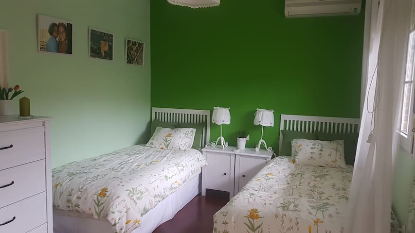 Beautiful twin bedroom in a luxury house - Villaviciosa de Odón - House
