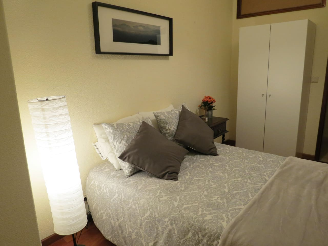 Quarto com cama de casal e arrumo/armário