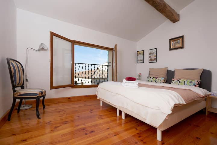 Atypical 4 room apartment in Tourrettes sur loup.