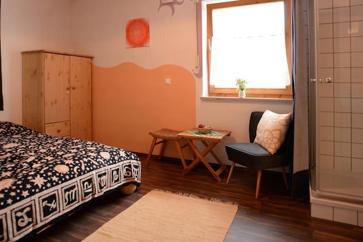 Liebevoll eingerichtetes Gästezimmer im Zellertal