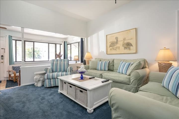 Charming Beach Bungalow in PassaGrille ~ Sleeps 6!