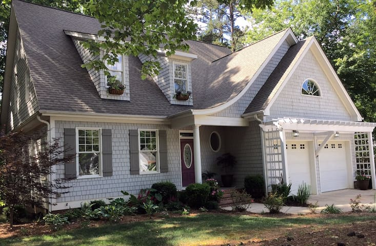 Uptown Cottage In The Woods - Raleigh - House