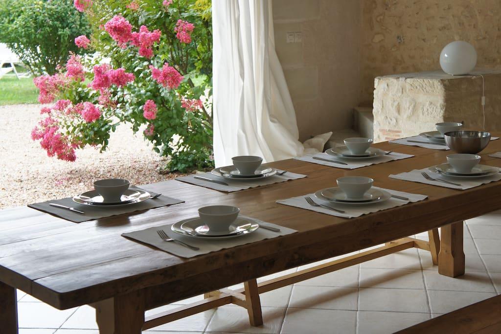 La grande table en orme dans le séjour