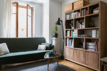Bright & warm apartment in lively neighbourhood, ideal for 2 adults and 1 to 2 small child(ren). Centrally located, shops around, next to 'Parc des Bastions', 'Plainpalais' and Geneva old town, and easy accessible through public transport.