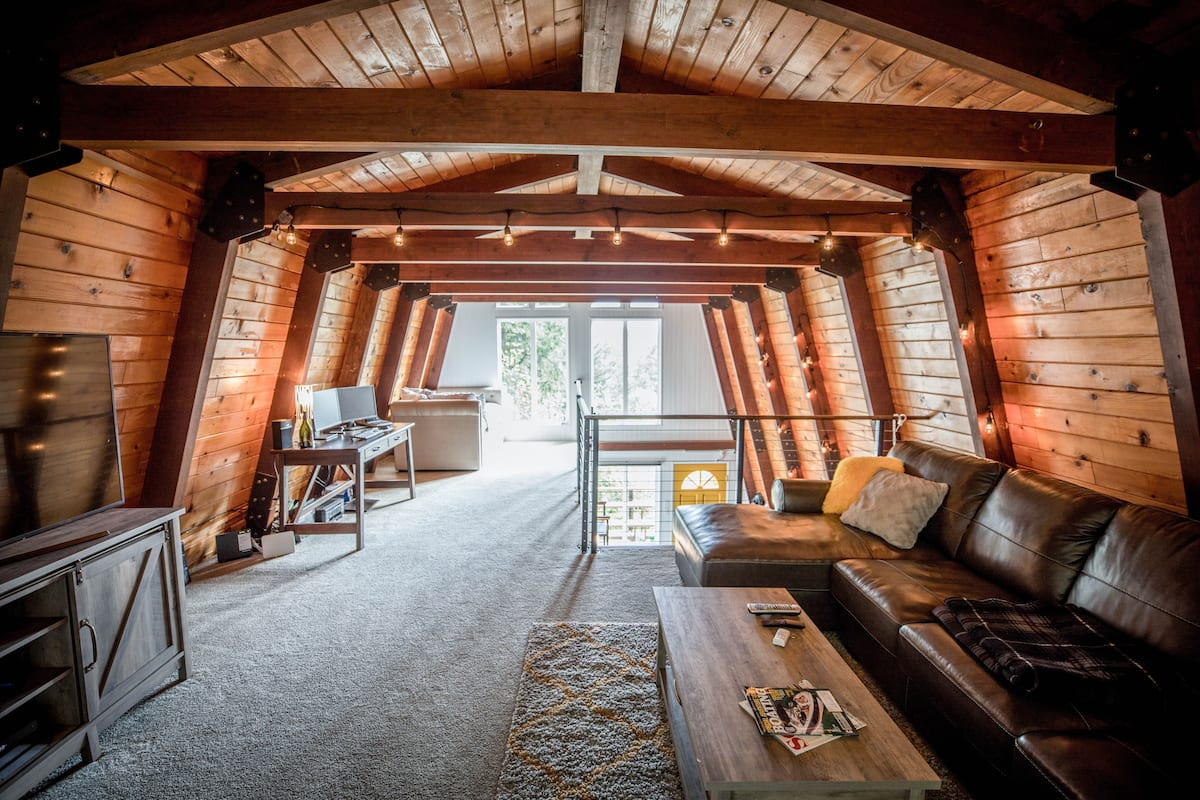 Tree-Top Lodge in the Hillside Overlooking Tenmile Lake