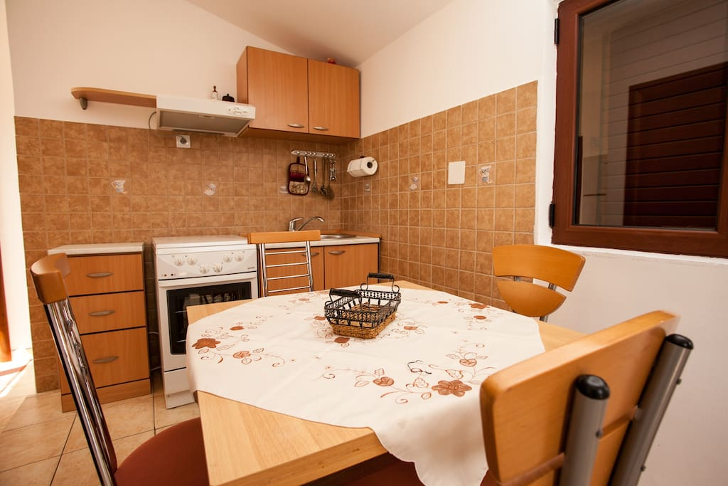 Fully equipped kitchen and dining table.