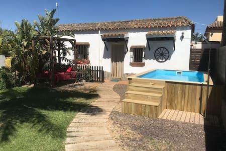 Casa Los Rosales: con jardín, piscina y barbacoa.