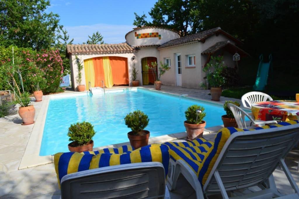 Le pool-house vu de la terrasse