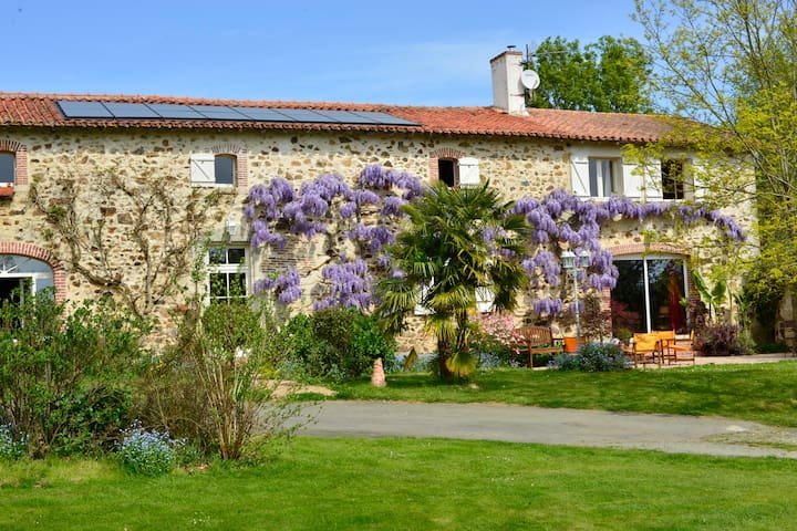 GUEST HOUSE TRADITIONAL FARMHOUSE - La Pommeraie-sur-Sèvre - Bed & Breakfast