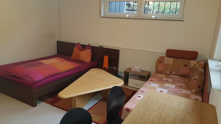 Schönes helles Zimmer. Großzügiges Bad + extra Wc