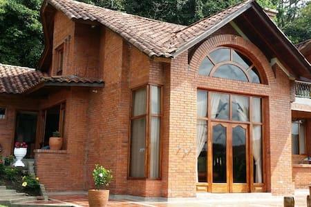 Hermosa casa con zonas verdes - House