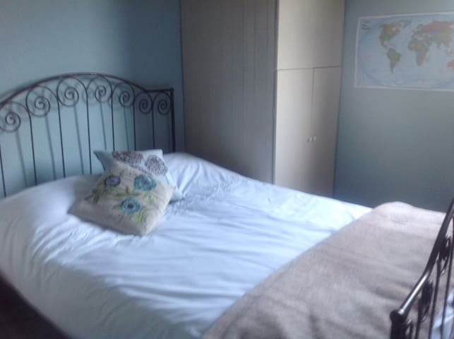 Spacious double room in Bromley - Monday-Fridays. - Bromley - Hus