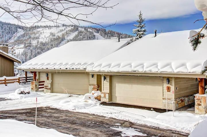 Twin Pines Townhome: Great for large groups, walk to lifts in 5 minutes, breath taking views!