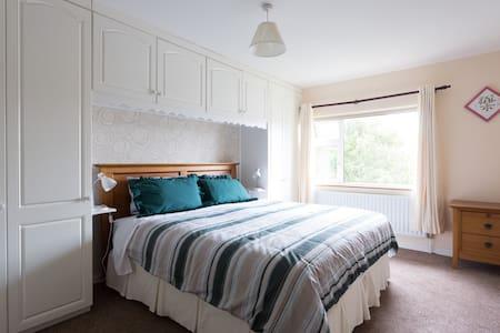Large ensuite, comfy super-king bed - Galway City - Bed & Breakfast
