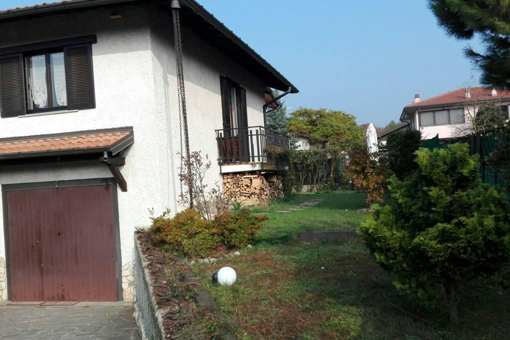 Lato destro della casa con giardinetto