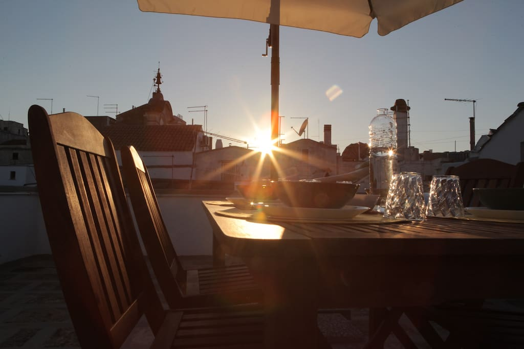 Un'emozionante momento di relax all'imbrunire sulla terrazza. / An emotional moment of relax on the terrace at the sunset.