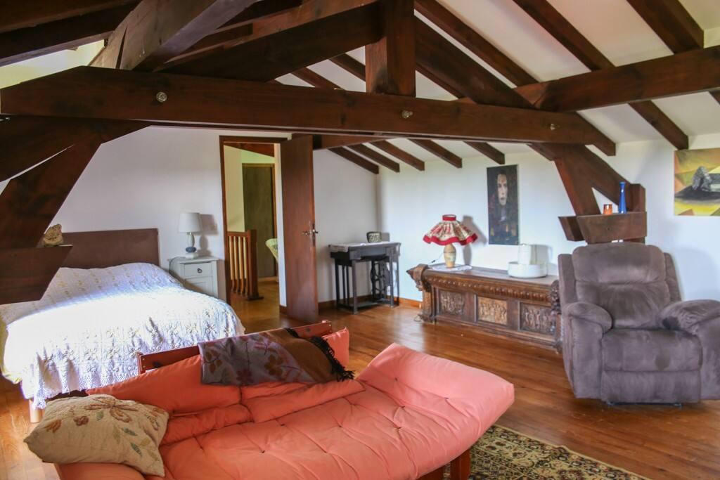 grande chambre avec salon