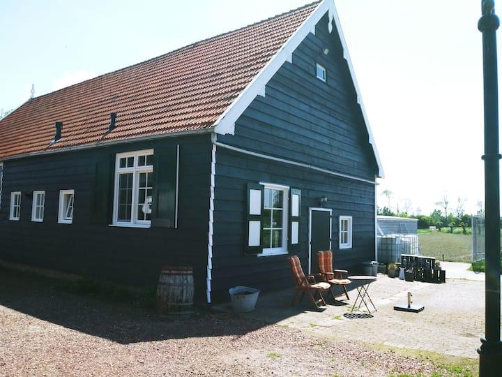 Complete studio in verbouwde paardenstal