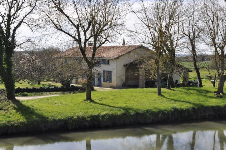 Gîte de charme La Thoumazette au bord du canal - Saint-Porquier - House