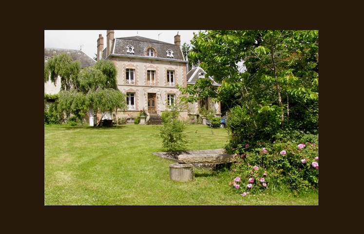 Private Chateaulet set in parkland - Saint-Sulpice-les-Feuilles - Dom