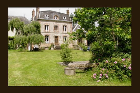 Private Chateaulet set in parkland - Saint-Sulpice-les-Feuilles - Rumah